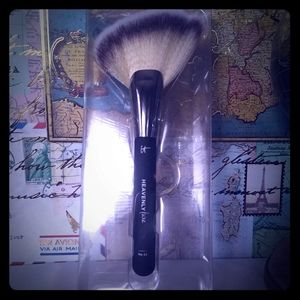 It Cosmetics Sculpt & Define Brush #25-NWT